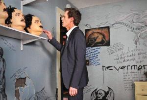 Ryan Hardy (Kevin Bacon) alle prese con le maschere di Edgar Allan Poe.